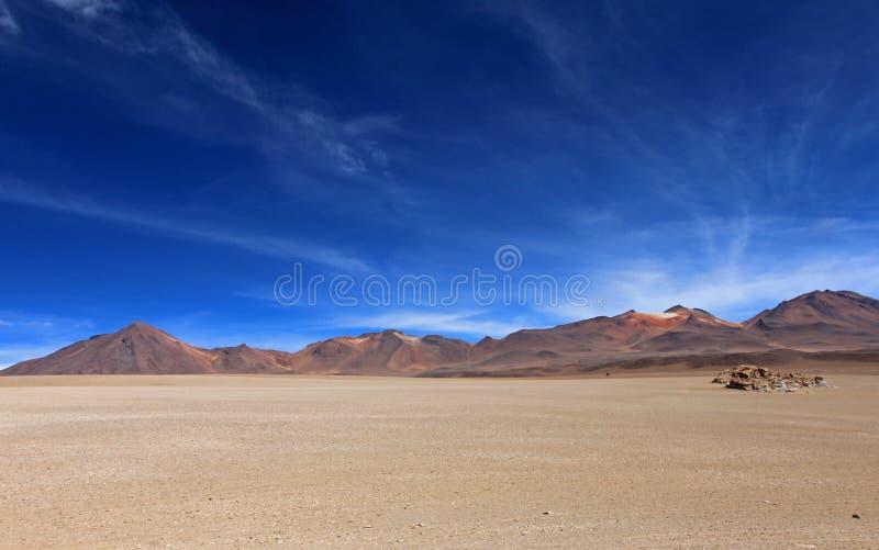 Désert de Salvador Dali et montagnes colorées en Bolivie image libre de droits