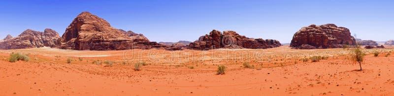 Désert rouge scénique de sable de vue panoramique de beau paysage et paysage antique de montagnes de grès en Wadi Rum, Jordanie photographie stock libre de droits