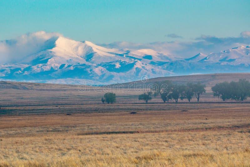 Désire ardemment la crête dans le Colorado vu des plaines photos stock