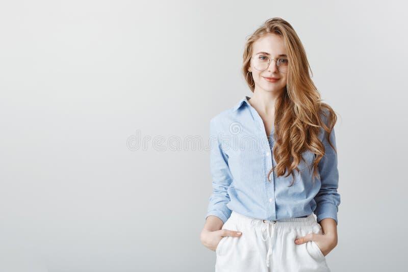 Désirs de client d'audition d'agent de voyage Portrait de femme d'affaires européenne belle en chemisier et verres bleus image libre de droits