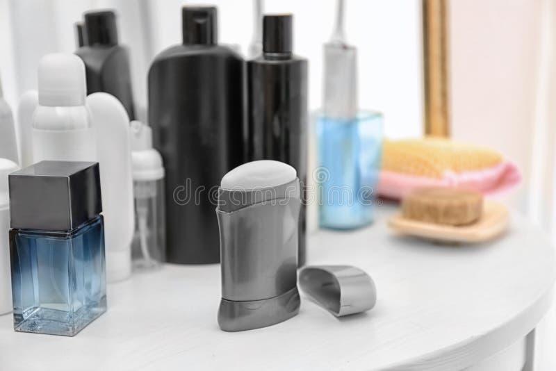 Désodorisant pour les hommes et différents articles d'hygiène photo libre de droits
