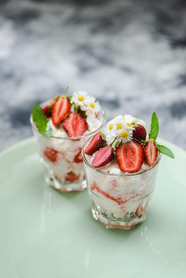 Désordre britannique délicieux d'Eton de dessert avec les fraises, la crème et les meringues crues en verres dans la vue de côté  images libres de droits
