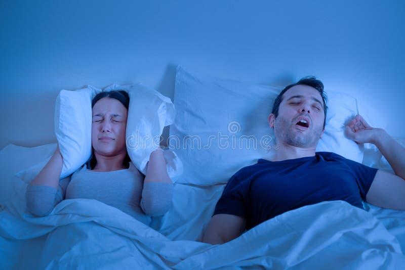 Désordre d'apnoea de sommeil dans le ronflement de lit et d'homme photos libres de droits