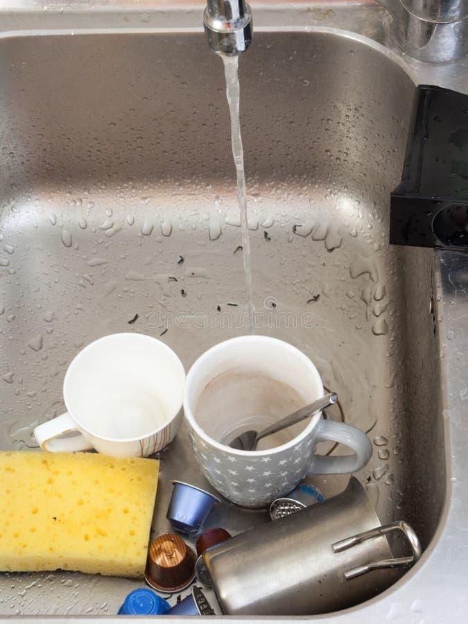 Désordre dans l'évier de cuisine image stock