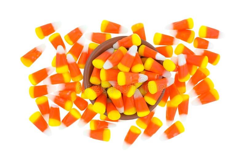 Désordre de bonbons au maïs à Halloween avec la cuvette image stock