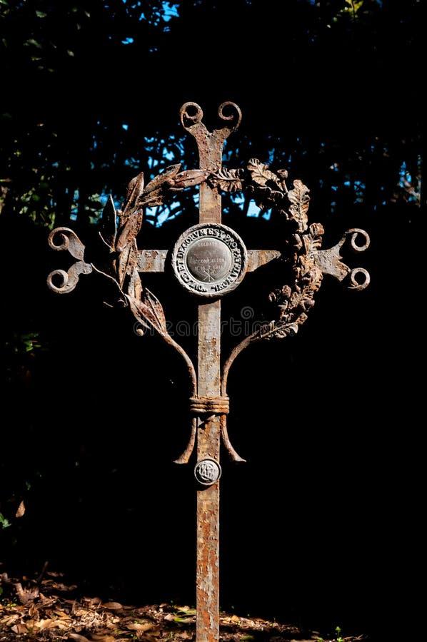 Détail étroit de croix de tombe sur le cimetière d'Aquileia photos libres de droits