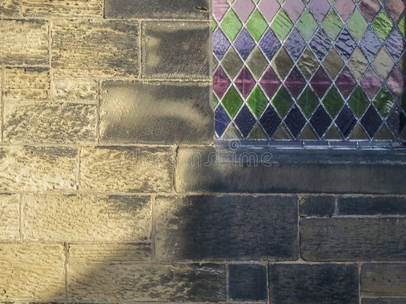 Détail abstrait de fond Mur et fenêtre en verre teinté d'église image stock