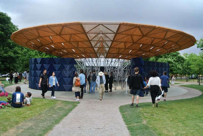 Détail architectural de pavillon serpentin pendant la journée 'portes ouvertes' à Londres photos stock