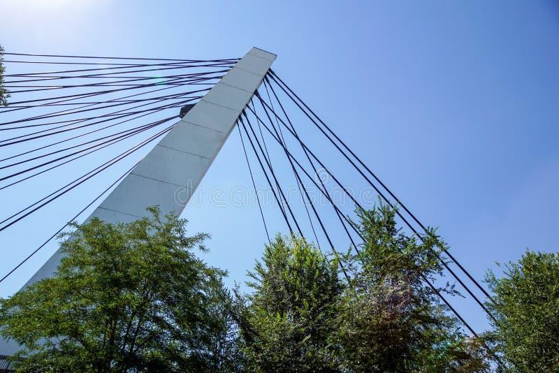 Détail architectural du pont contre les cieux bleus images libres de droits