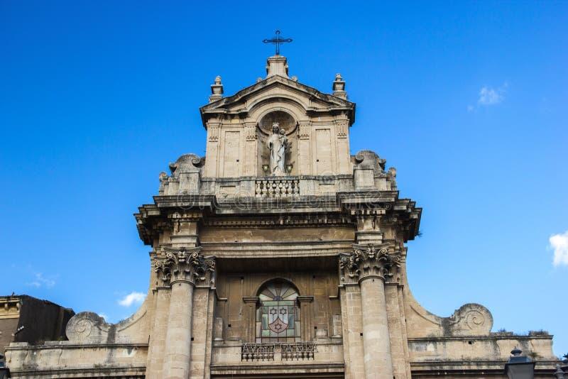 Détail baroque d'architecture de Catane de toit d'une basilique avec des statues et des colonnes photo stock