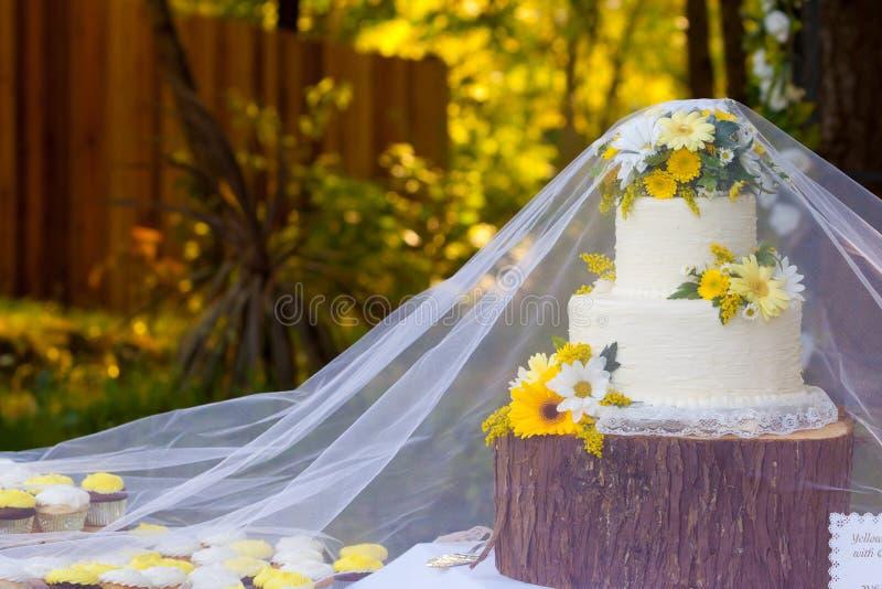 Détail blanc de gâteau de mariage images stock