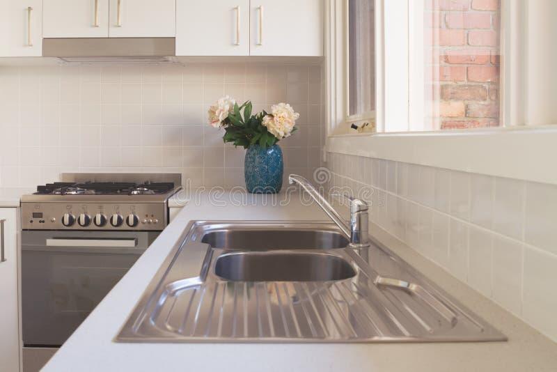 Détail blanc flou de cuisine d'appartement photos stock