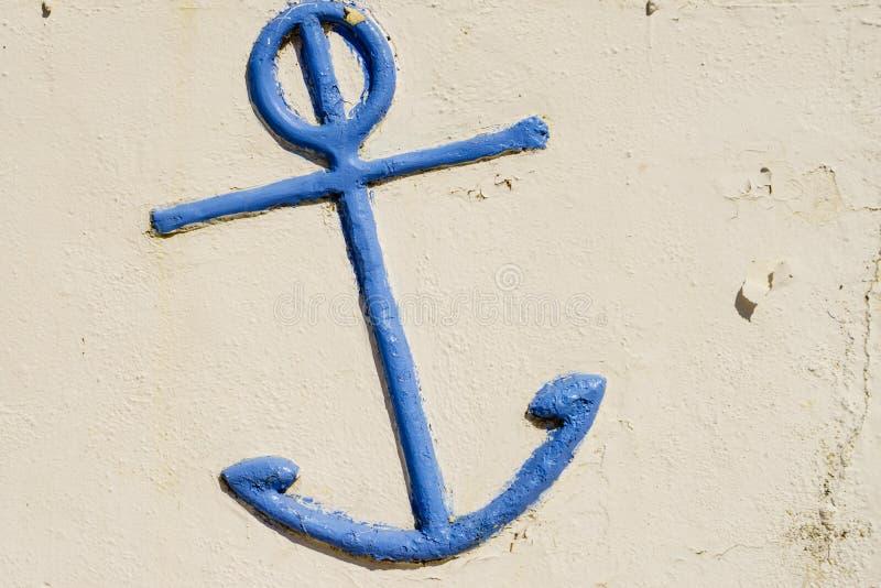 Détail bleu d'ancre sur le mur blanc léger photographie stock libre de droits