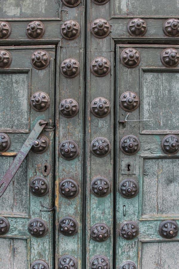 Détail colonial d'architecture de porte d'église catholique photos stock