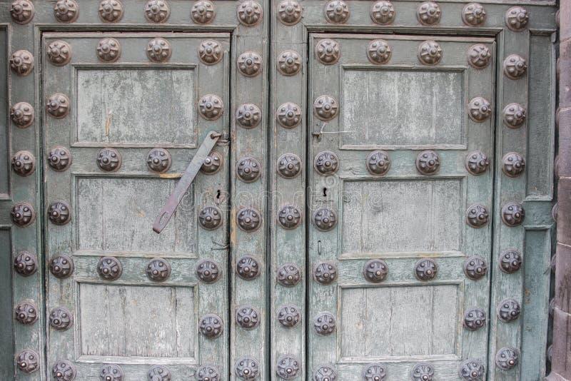 Détail colonial d'architecture de porte d'église catholique images stock