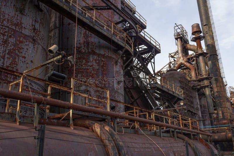 Détail complexe d'industrie sidérurgique de l'extérieur des hauts fourneaux images stock