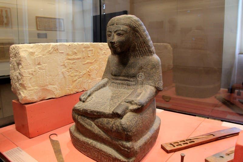 Détail complexe dans les sculptures et des instruments antiques montrés dans l'objet exposé égyptien, le Louvre, Paris, France, 2 images stock