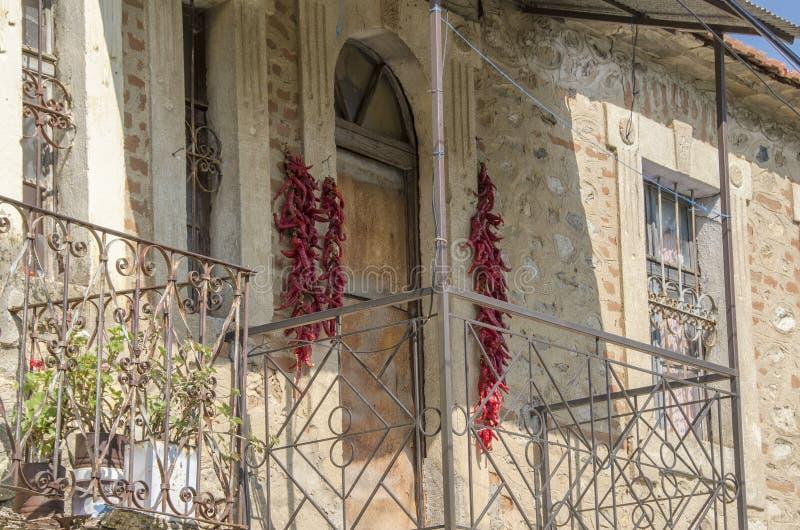 Détail d'architecture - vieux balcon de maison avec des papiers séchant, village de Bukovo, Macédoine photographie stock libre de droits
