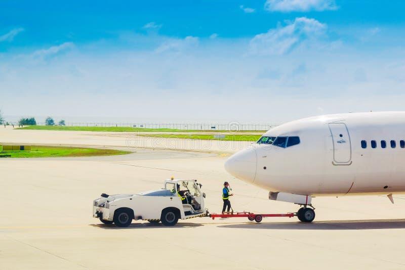 Détail d'avion énorme pendant le remorquage image stock