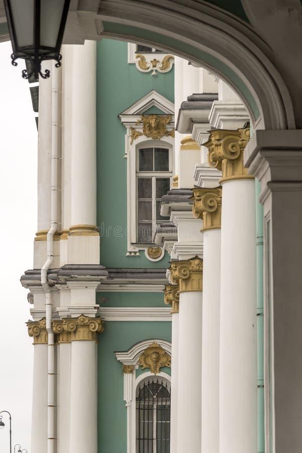 Détail d'entrée principale le palais d'hiver le musée d'ermitage d'état St Petersburg Russie photographie stock