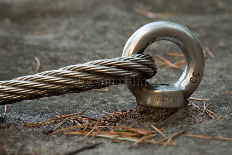 Détail d'oeil d'ancre de boulon en acier dans la roche Le noeud d'extrémité de la corde en acier Chemin de grimpeurs dans les roc photographie stock