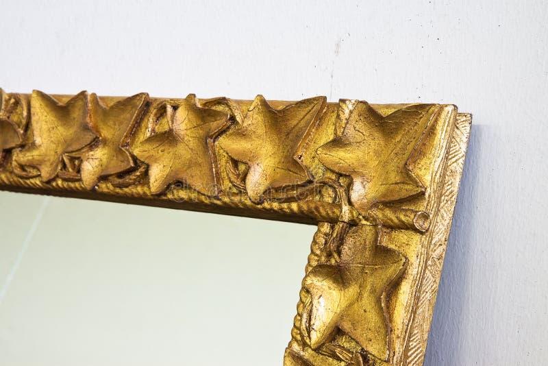 Détail d'un cadre en bois découpé et d'or photo stock