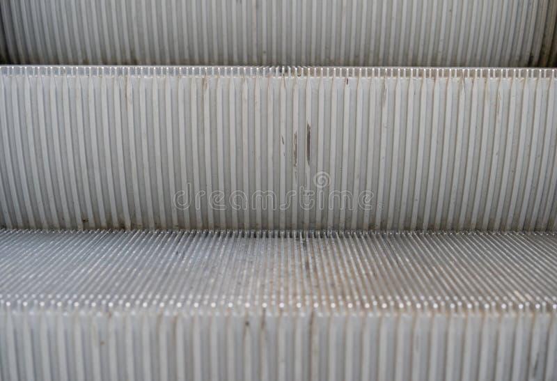 Détail d'un escalator avec deux étapes décrit de l'avant  photographie stock libre de droits