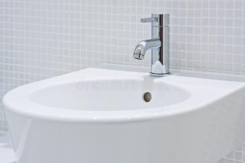 Détail d'un lavabo en céramique moderne de main image stock