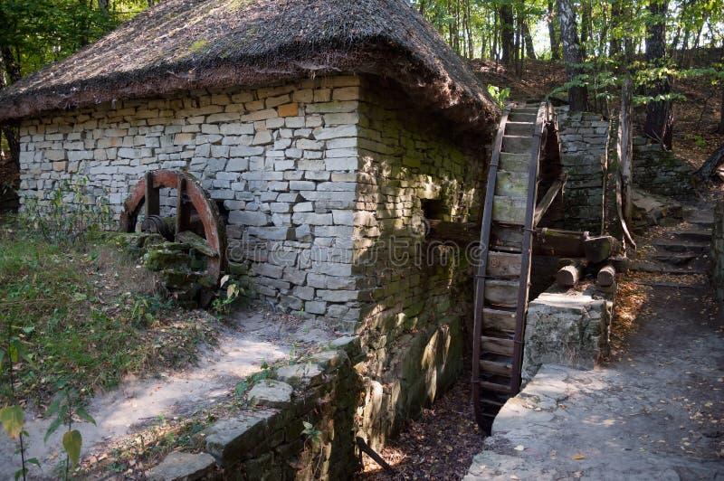 Détail d'un moulin à eau antique ukrainien typique photo stock