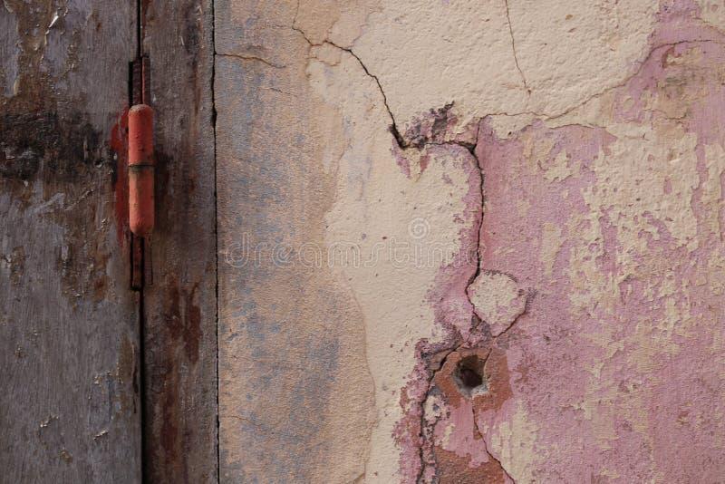Détail d'un mur avec une porte pourpre fermée en île de goree au Sénégal images libres de droits