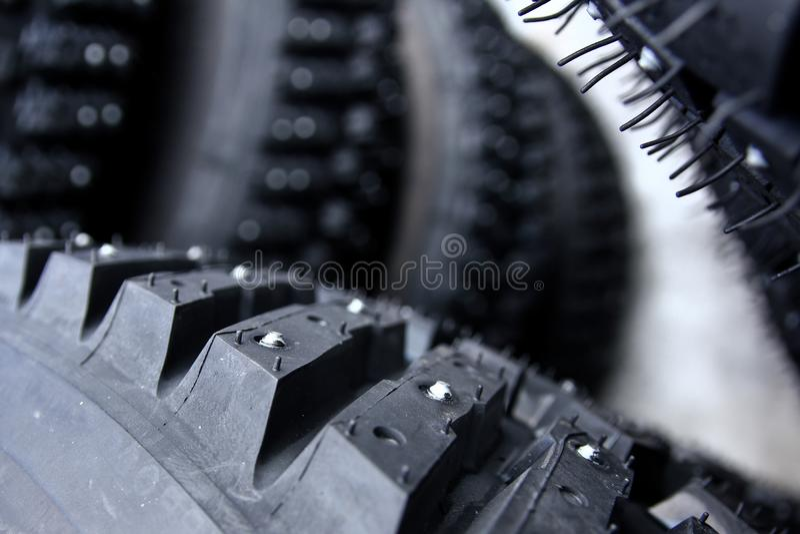 Détail d'un pneu avec des goujons photographie stock