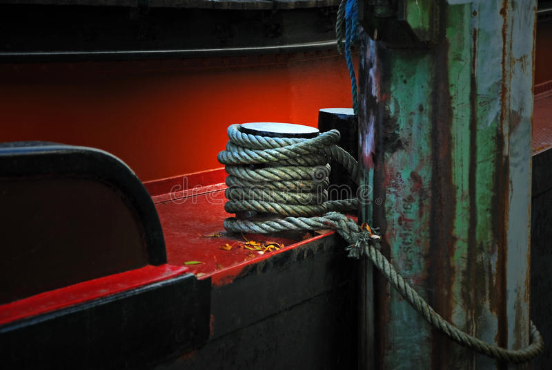 Détail d'un vieux bateau avec la corde, fixe sur la borne photos stock