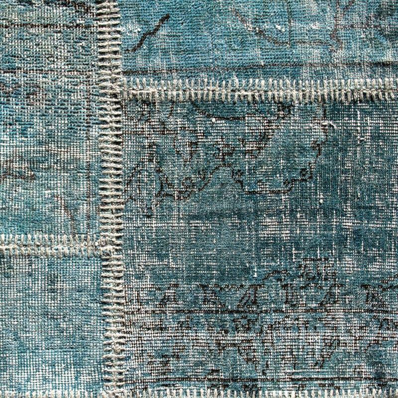 Détail d'un vieux tapis bleu de patchwork Fin vers le haut image libre de droits