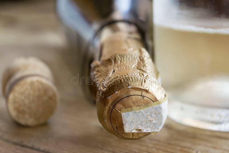 Détail d'une bouteille de vin blanc pétillant photos stock