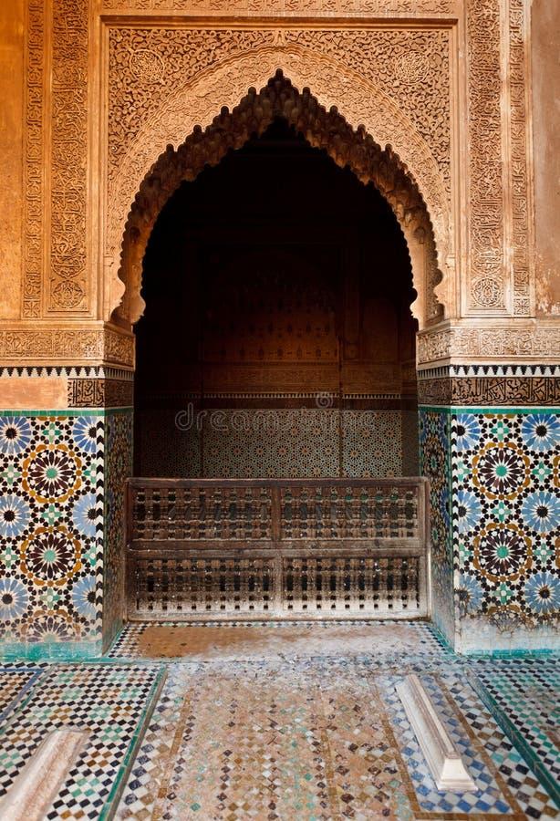Détail d'une chambrette en pierre fleurie à l'intérieur d'une mosquée images stock