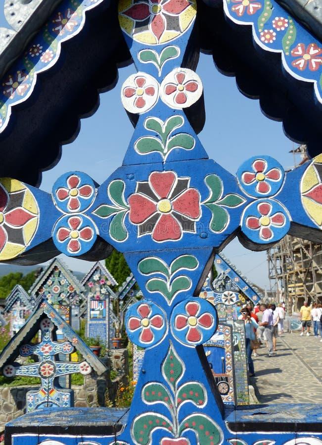 Détail d'une croix en bois décorée du joyeux cimetière célèbre de Sapanta en Roumanie image stock