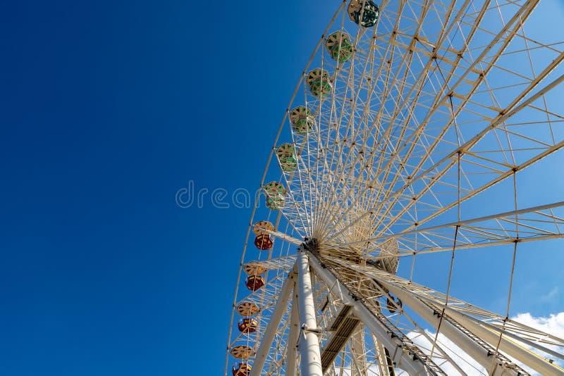 Détail d'une grande roue et de ses gondoles sur un champ de foire dedans pour photos libres de droits