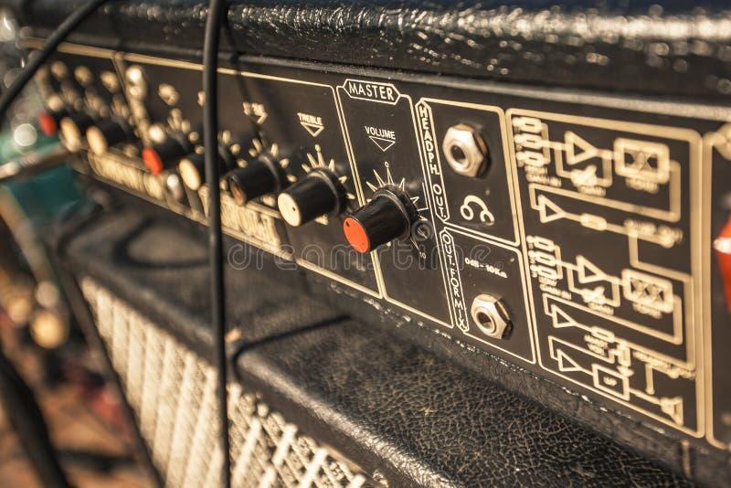 Détail d'une guitare ampère de cru photographie stock