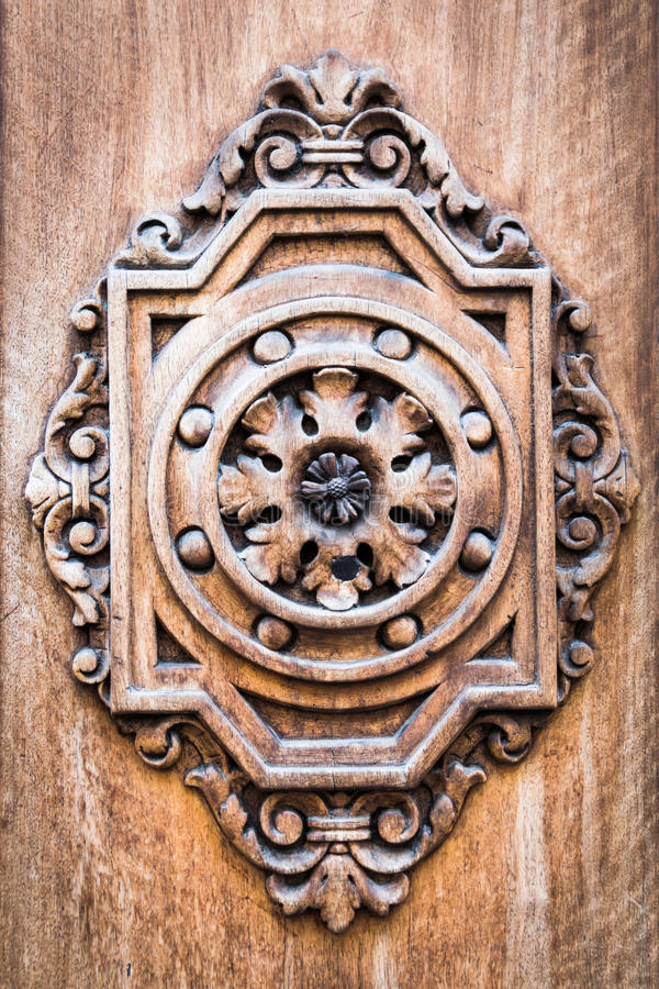 Détail d'une porte en bois antique découpée photo libre de droits