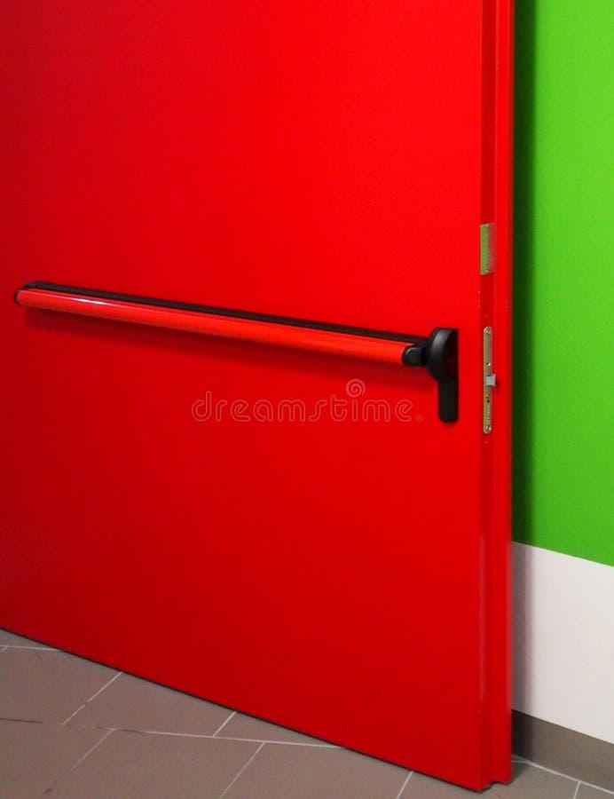 Détail d'une porte rouge en métal photographie stock libre de droits