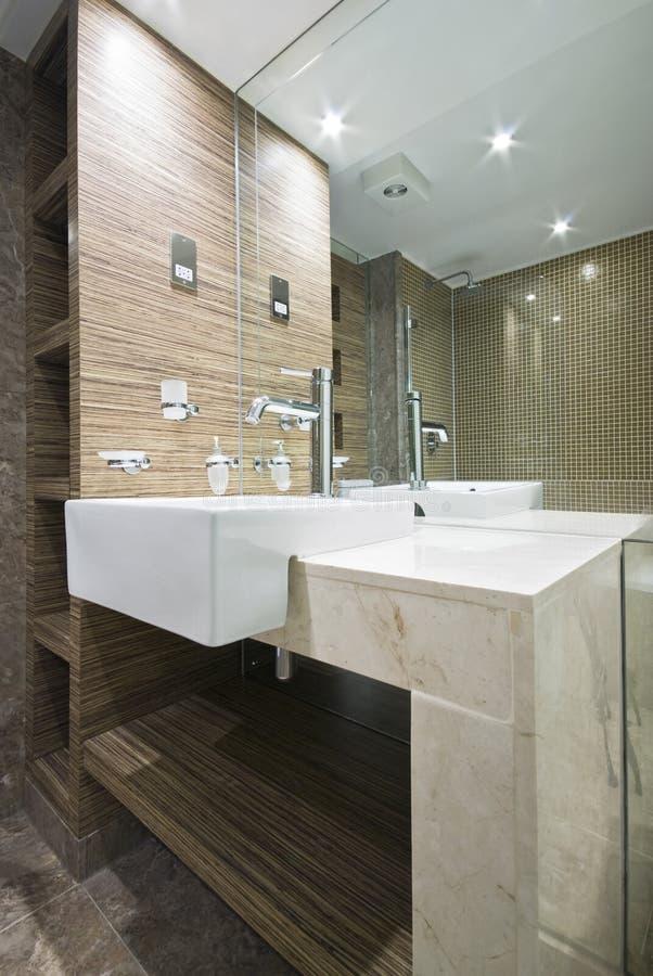 Détail d'une salle de bains de marbre avec des tuiles de mosaïque photographie stock