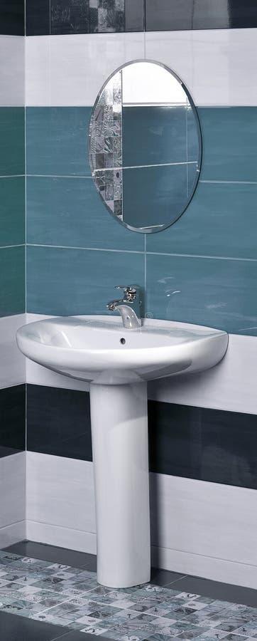 Détail d'une salle de bains moderne avec l'évier blanc photo stock