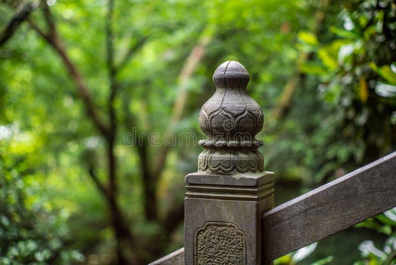 Détail d'une sculpture en pilier sur un pont en pierre en parc dans Wenzhou en Chine - 1 image stock