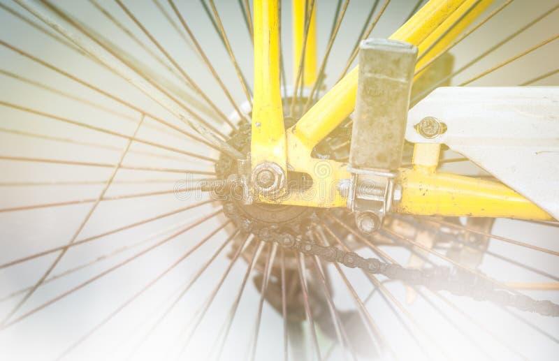 Détail de bicyclette sale : roue et chaîne. photo libre de droits