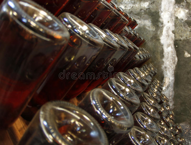 Détail de cave de bouteilles de vin photographie stock libre de droits