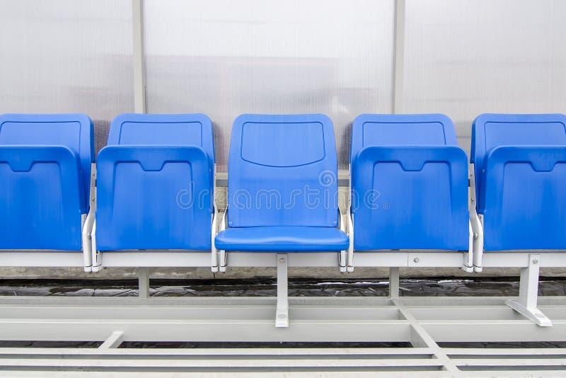 Détail de chaise de réservation et de banc d'entraîneur de personnel dans le stade de sport image stock
