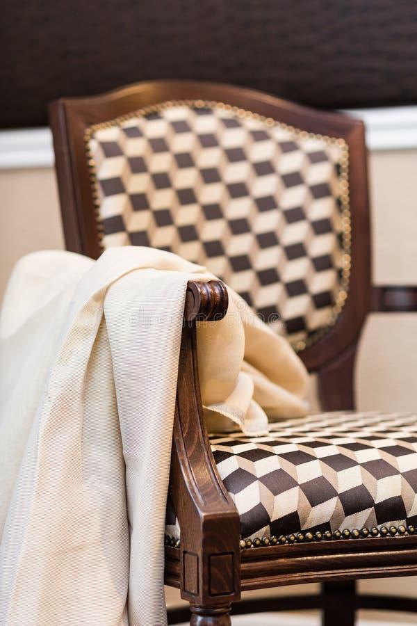 Détail de chaise en bois élégante tapissée dans brun/beige photo stock