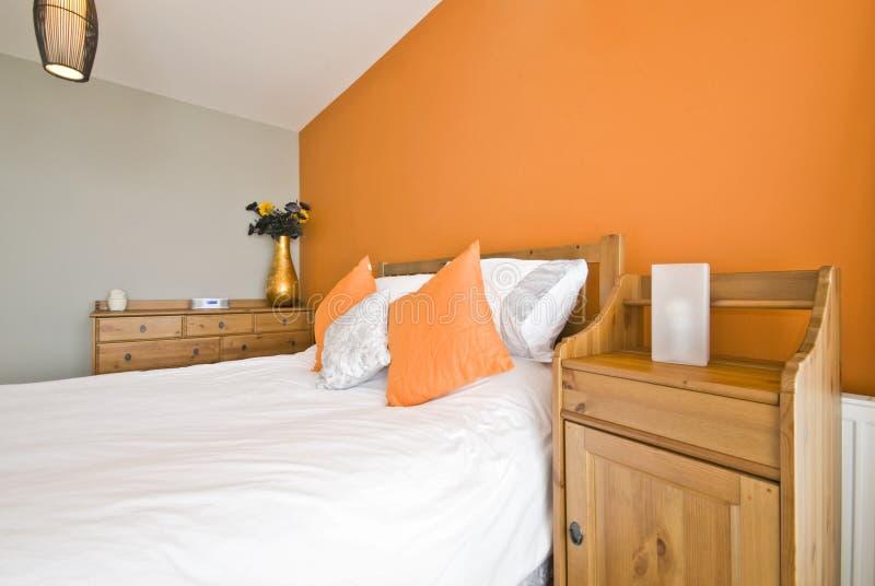 Détail de chambre à coucher d'un bâti en bois avec la table de chevet images libres de droits