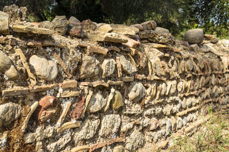 Détail de conception et de modèle peu communs de mur de roche du grec ancien près du Leonidaion en Olympia Greece image stock