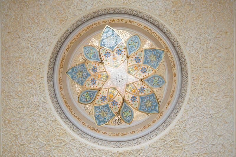 Détail de décoration dans le plafond, Sheikh Zayed Grand Mosque, Abu Dhabi, Emirats Arabes Unis image libre de droits
